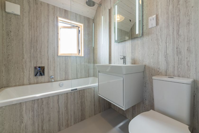 En-suite bathroom to the master bedroom