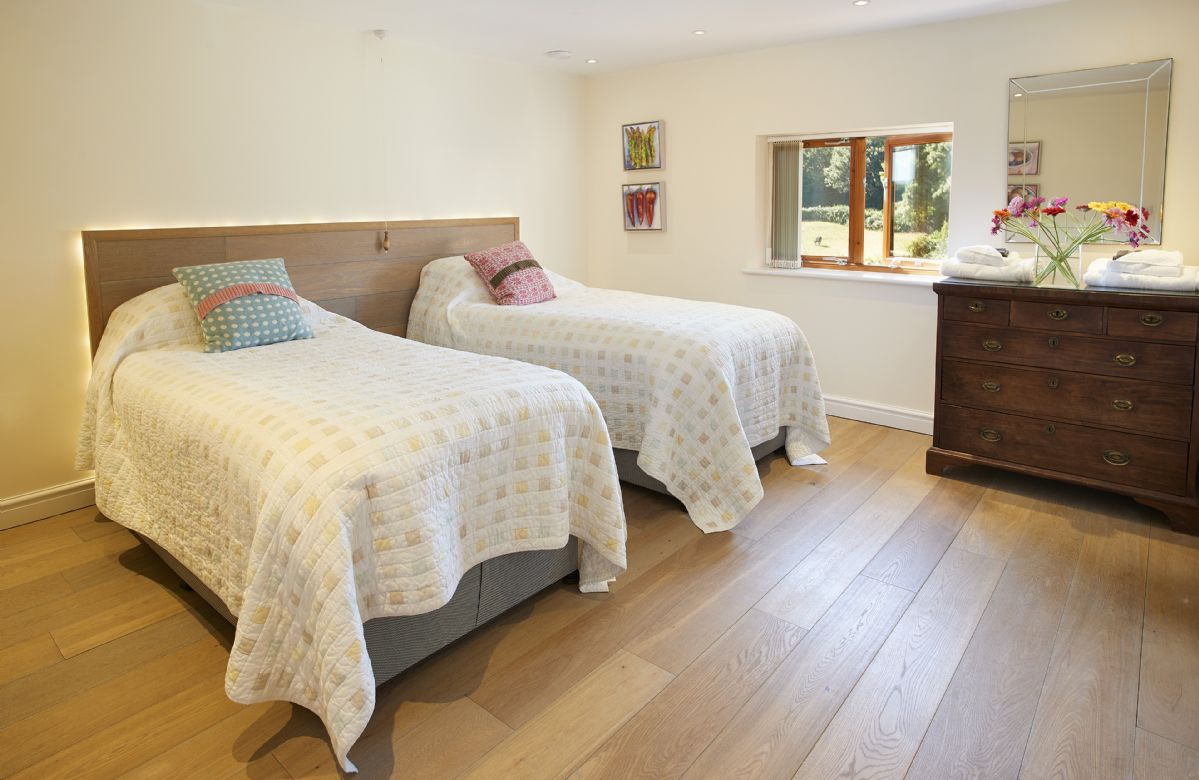 First floor: Twin bedroom with 3' single beds and en-suite