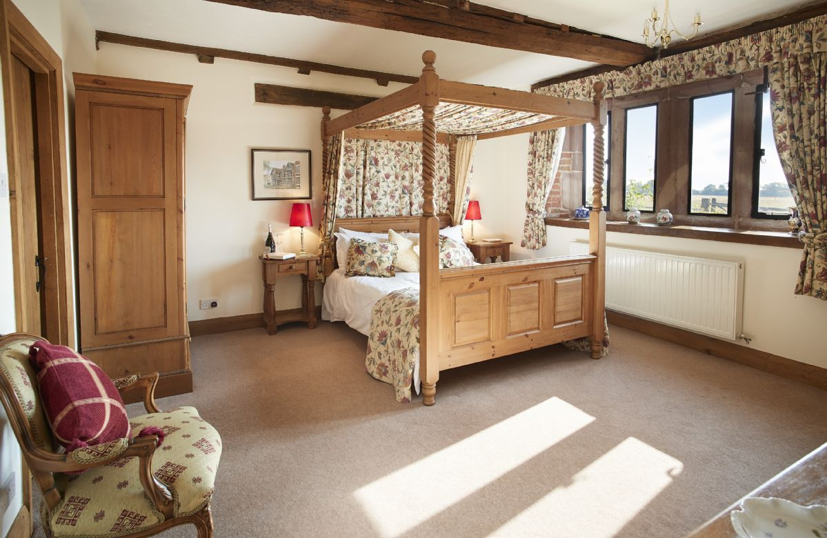 Ground floor:  Double bedroom with a 5' four-poster bed and en-suite bathroom