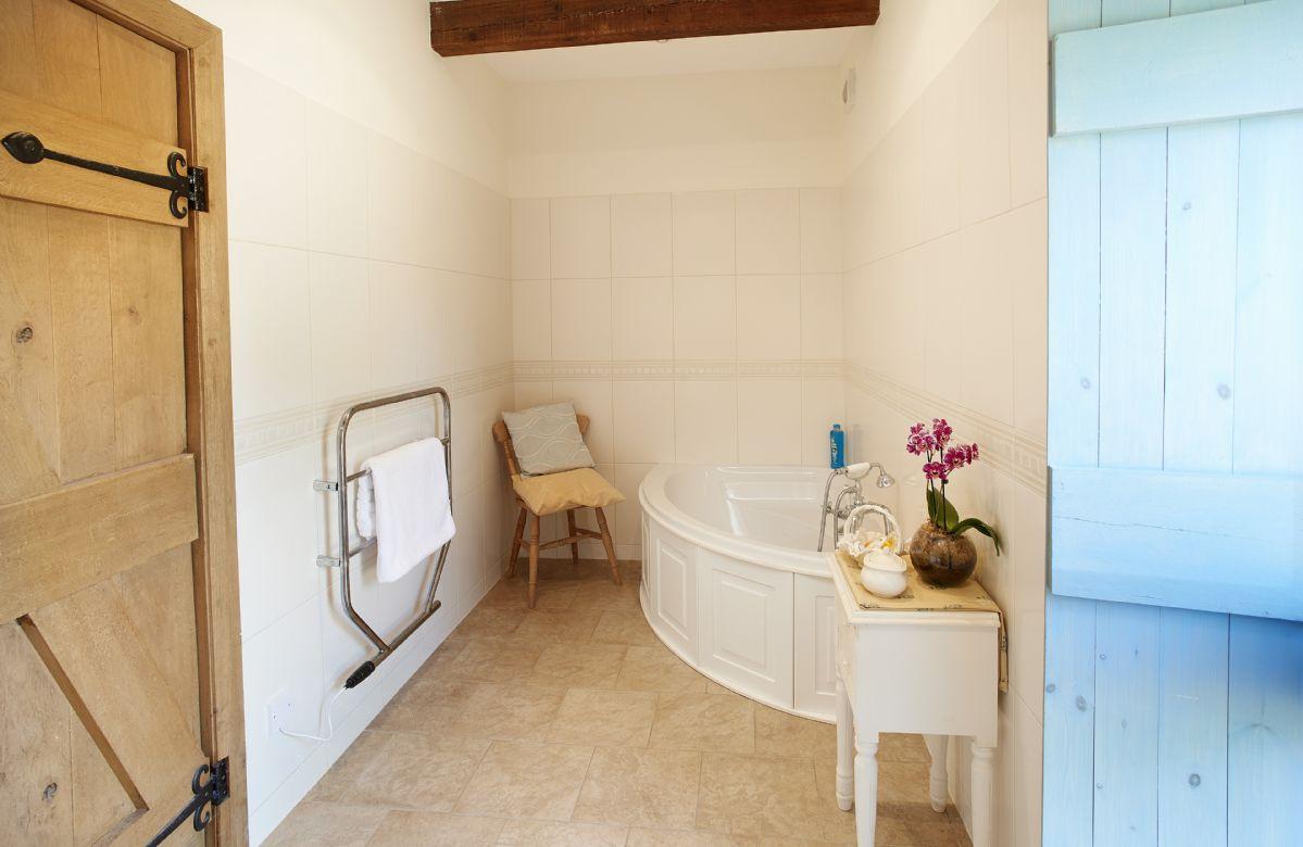 Ground floor:  En-suite bathroom to ground floor double bedrromn