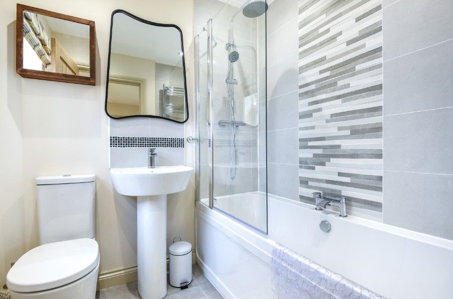 Mill House Lodge | En-suite bathroom