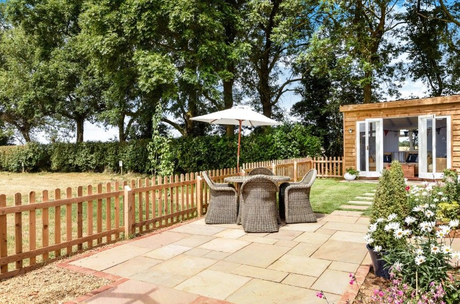 Mill House Lodge | Garden with summer house