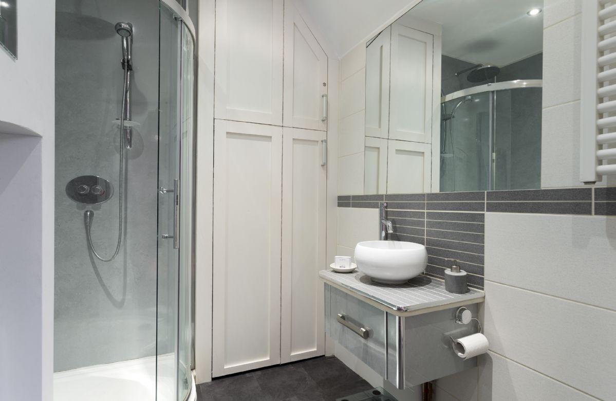 First floor:  En-suite shower room.