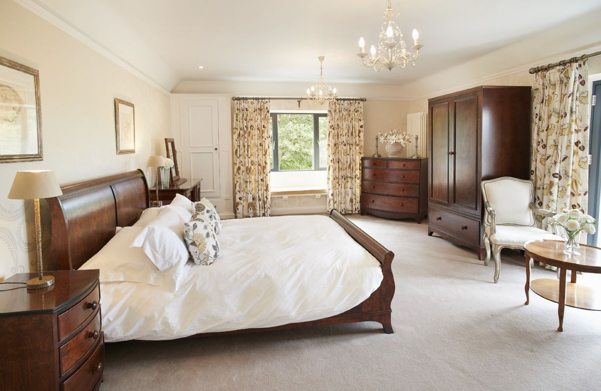First floor: Spacious master bedroom with king size sleigh bed, flat screen TV and en-suite shower room