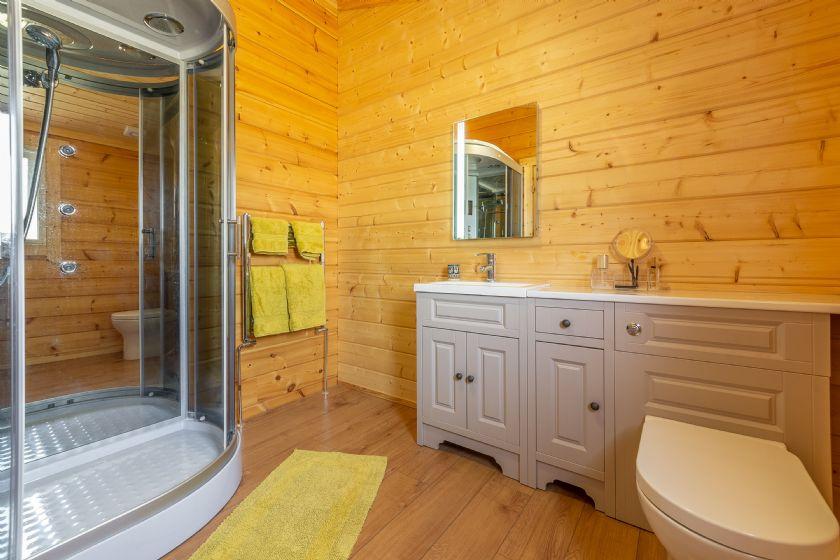 Ground floor: En-suite to the main bedroom with shower