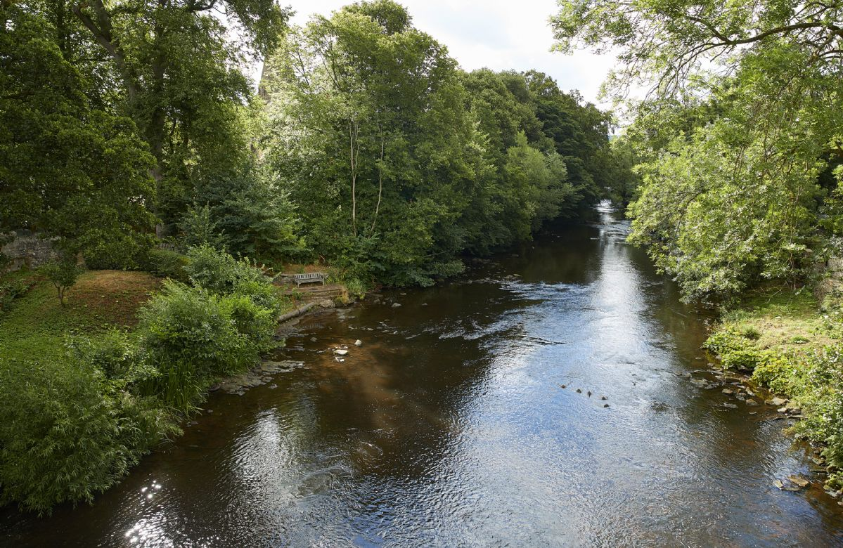 Bridge Foot Cottage is located beside the River Derwent which flows through Baslow