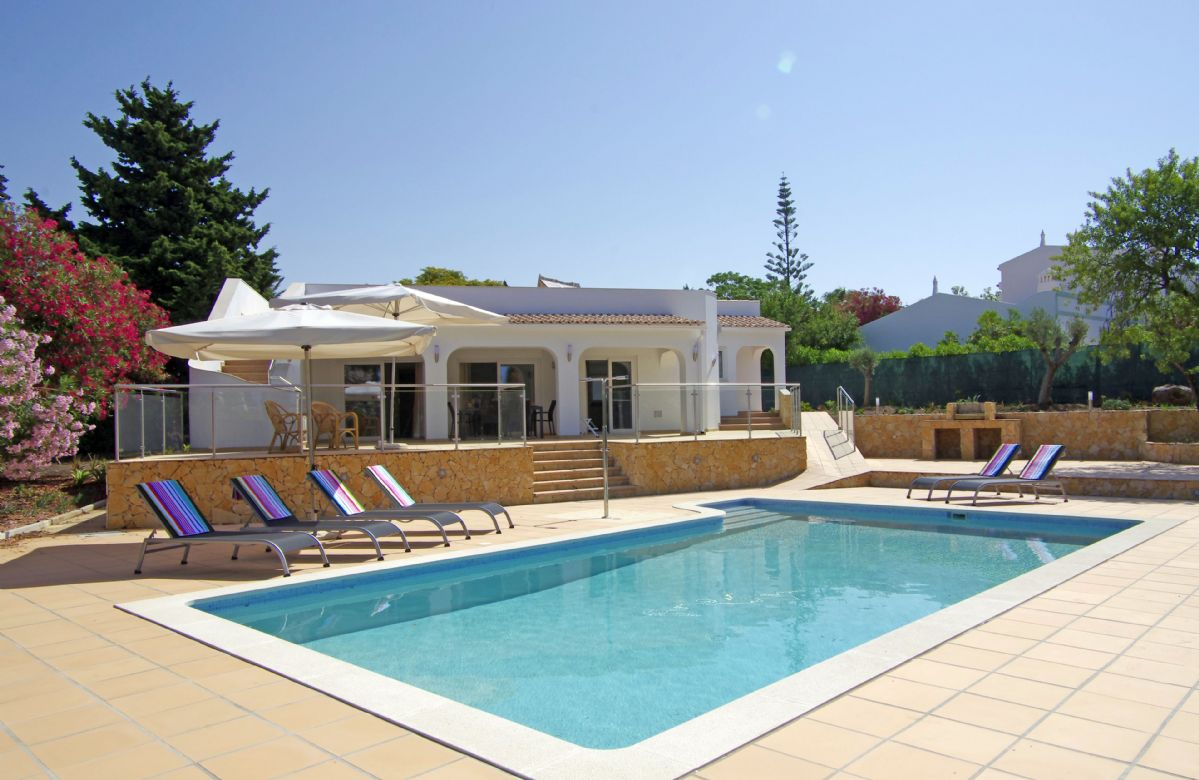 Villa das Oliveiras is an attractive, single storey villa, set in its own landscaped garden with private swimming pool