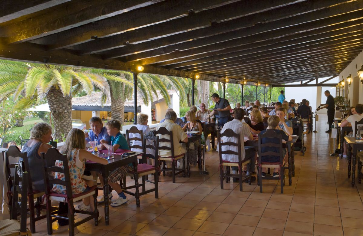 The 'O Farol' restaurant provides buffet breakfasts and a la carte menus, with plenty of Portuguese dishes