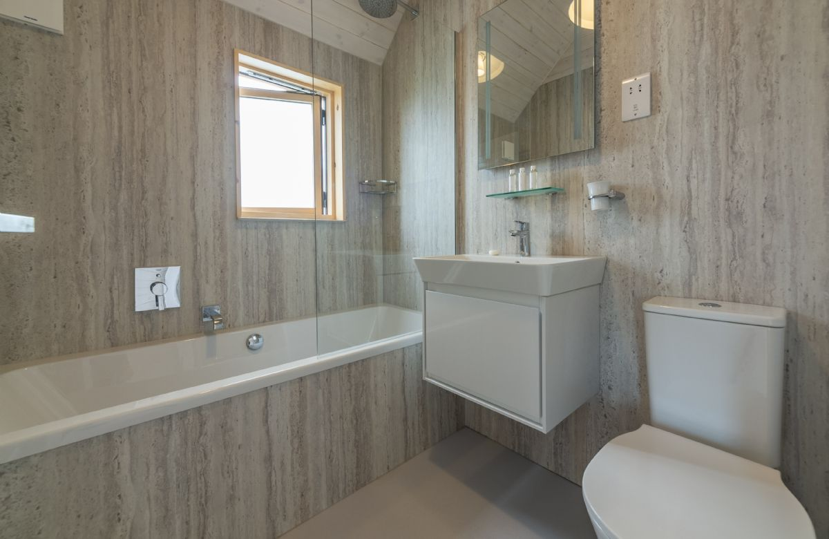 Spacious and contemporary bathroom to the master bedroom