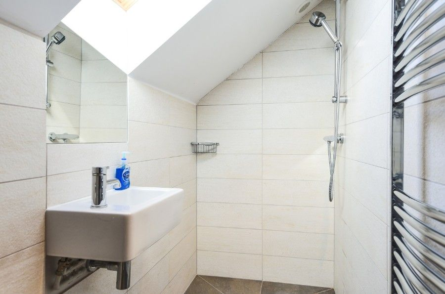 Harrier Cottage in Thornham | En-suite shower room