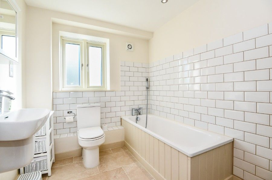 Harrier Cottage in Thornham | Principal bathroom