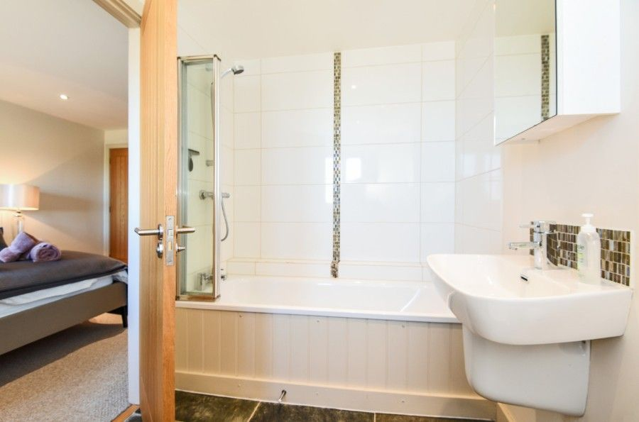 Harrier Cottage in Thornham | En-suite bathroom