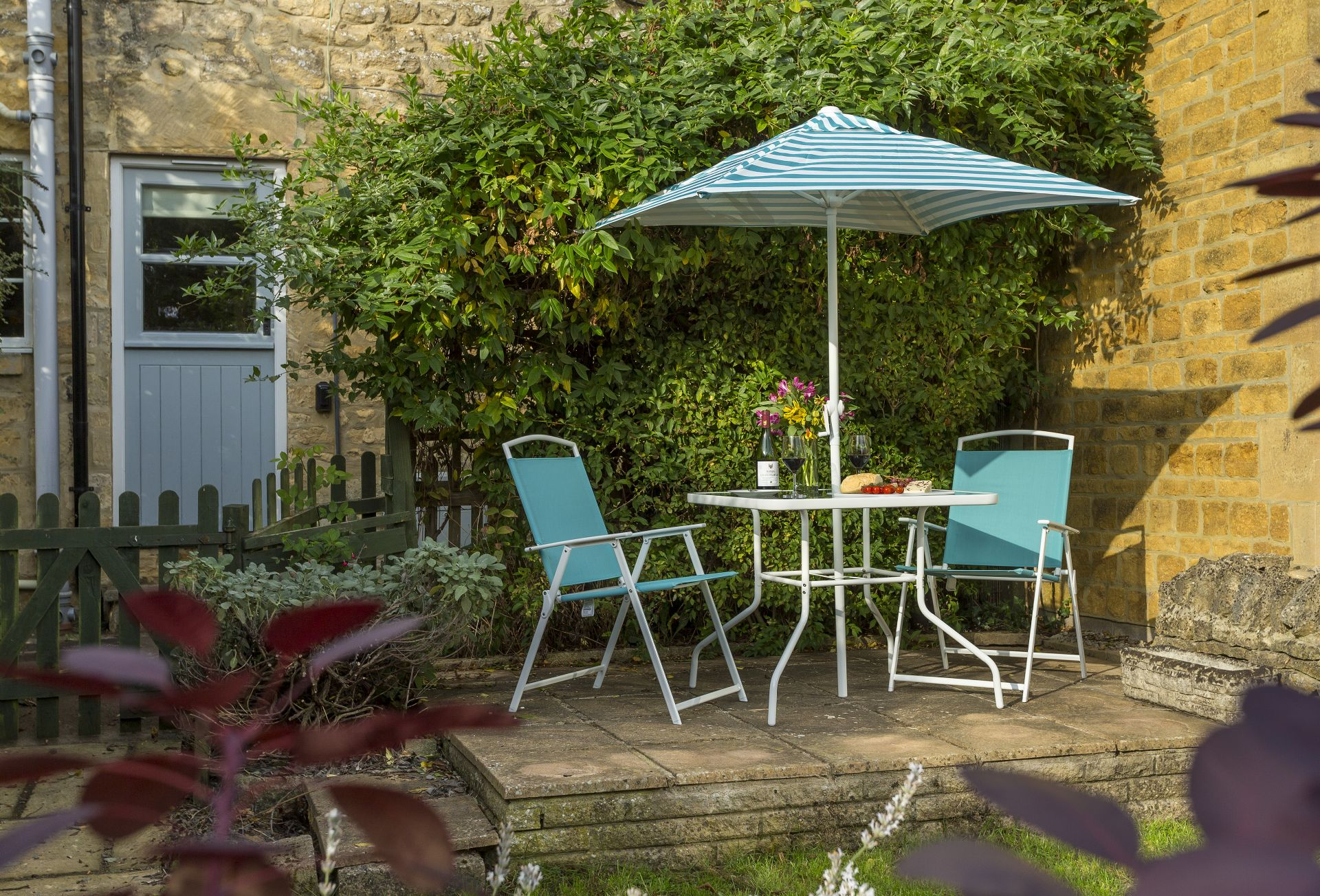 Enclosed garden: Outdoor table and chairs