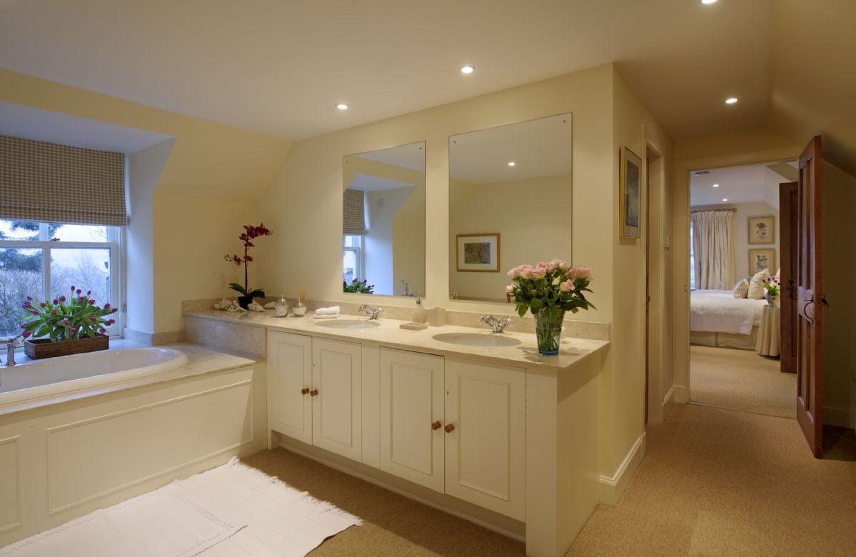 First floor: En-suite bathroom