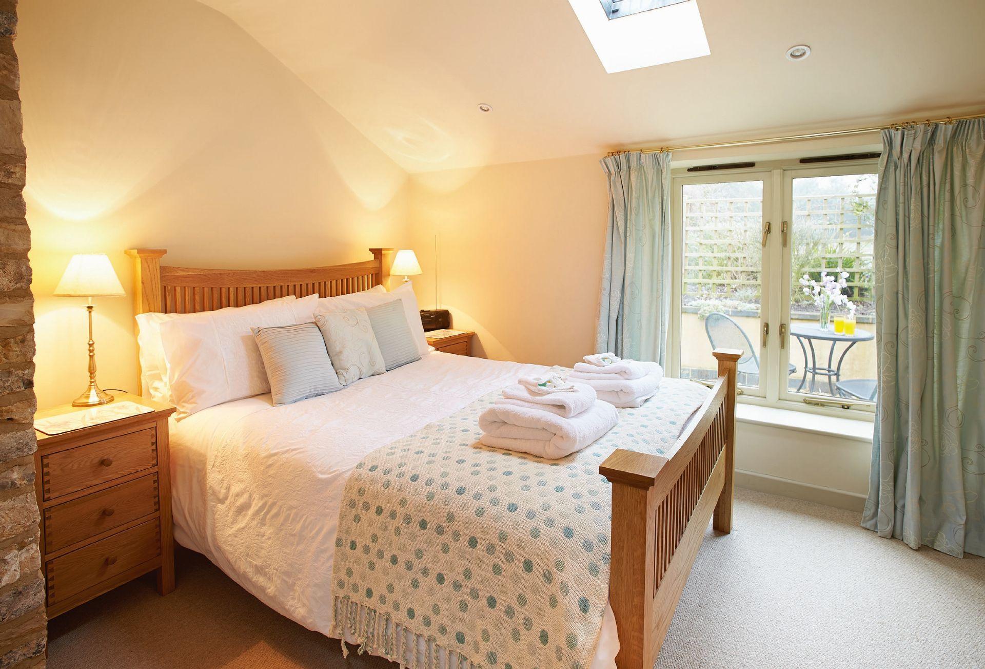 Ground floor:  Double bedroom with 4'6 bed
