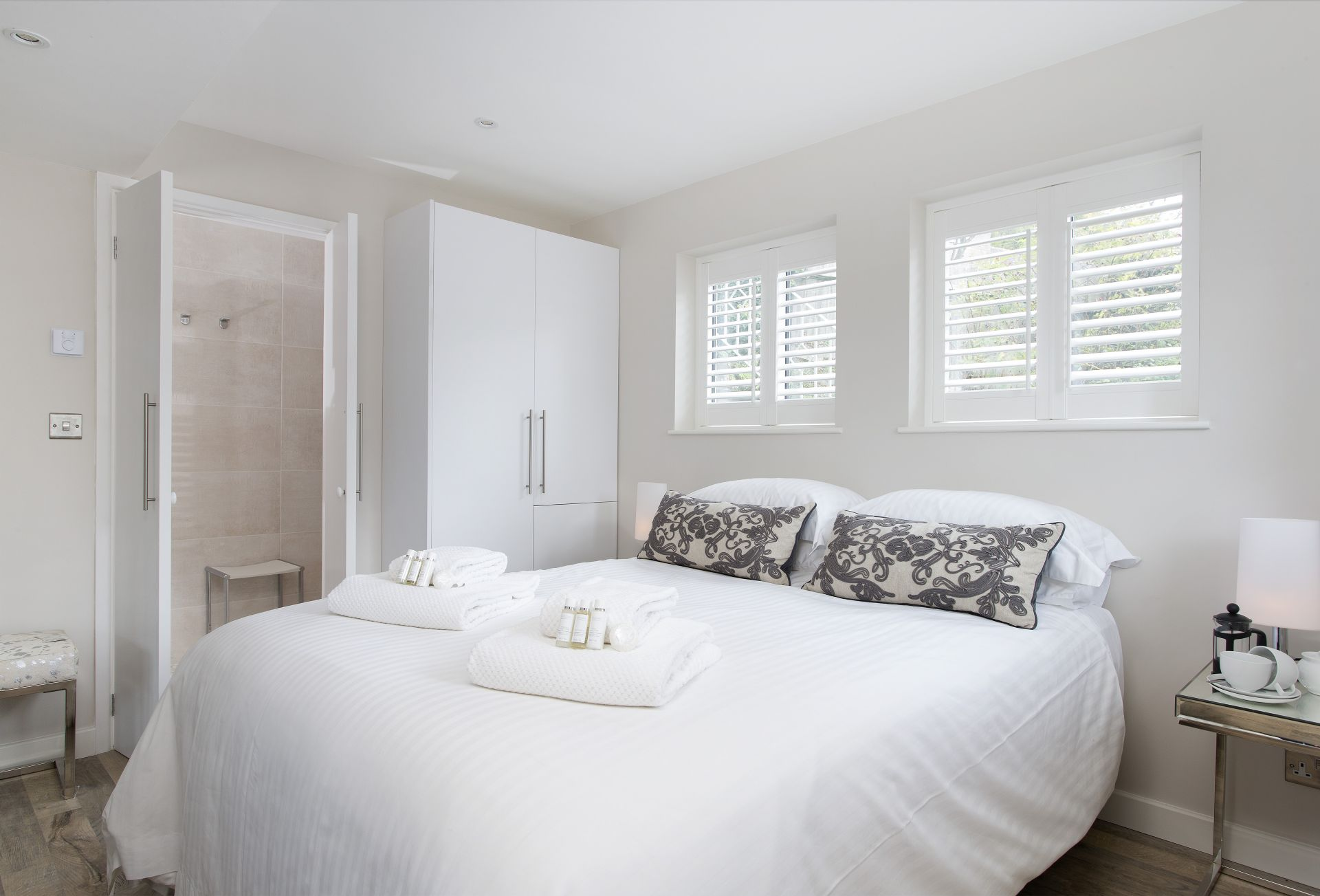Ground floor: Bedroom with 5' king-size bed