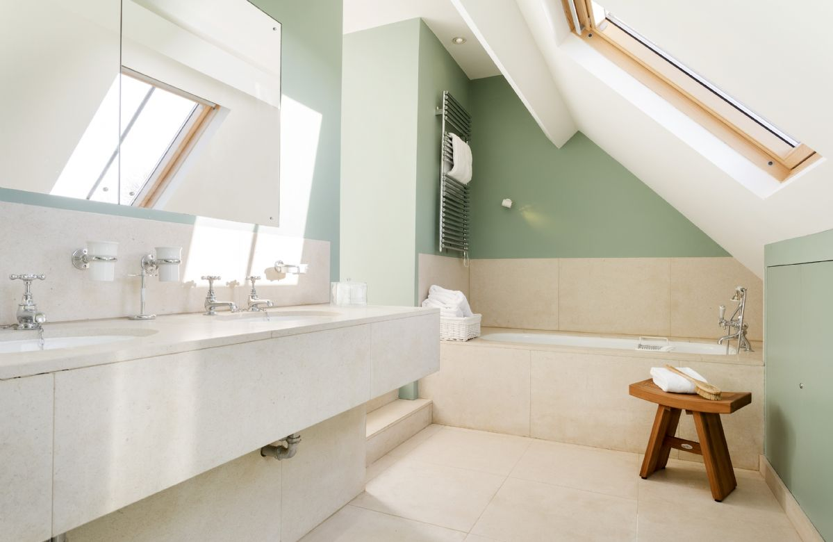Above the sun room: En-suite with bath and handheld shower attachment