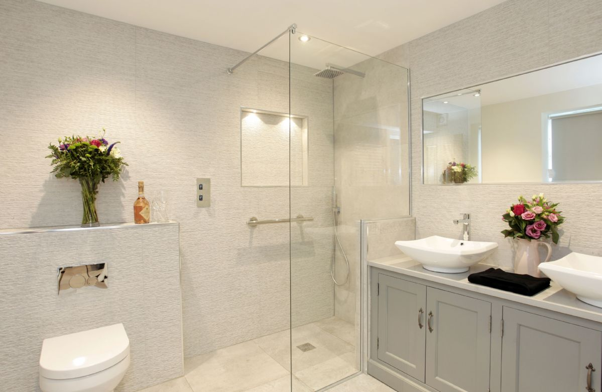 Third floor: En suite shower room