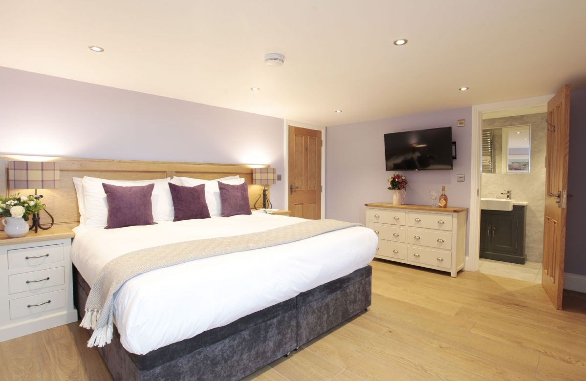 First floor: Double bedroom with 6' zip and link bed, en suite and views onto front lawn and reservoir