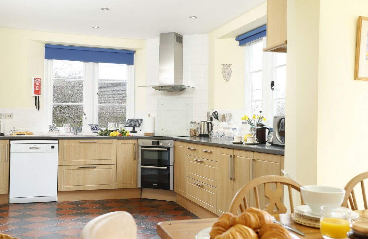 Ground floor: Fully equipped kitchen with electric hob, oven and grill