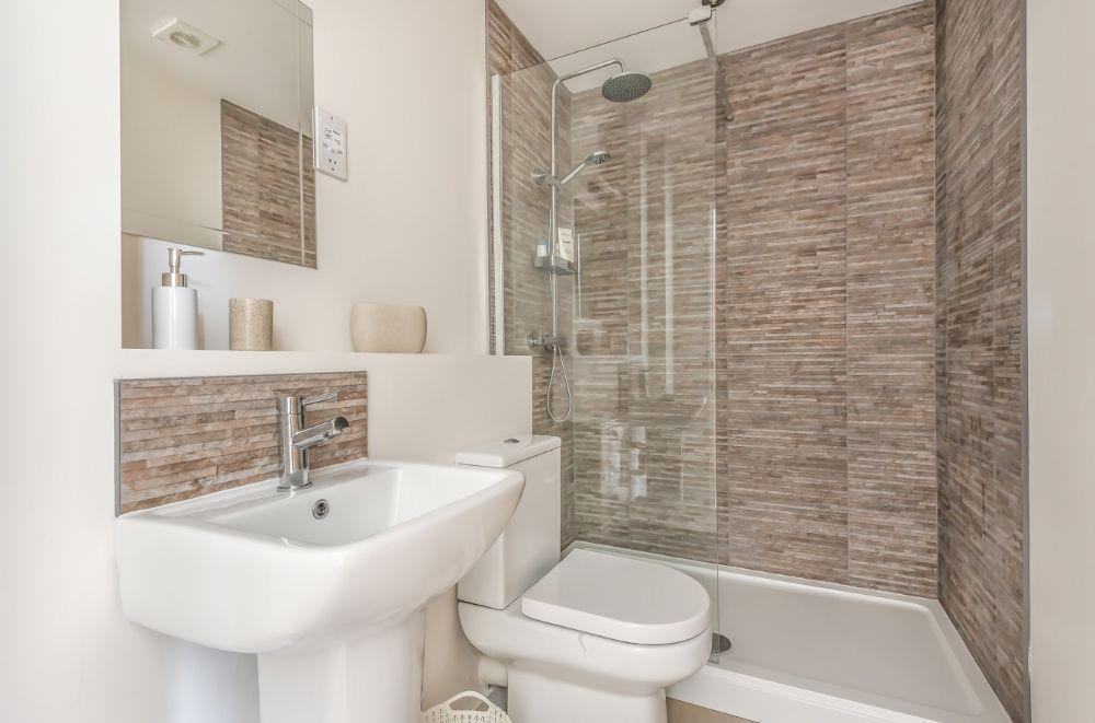 Ruskins Retreat | En-suite to bedroom 1