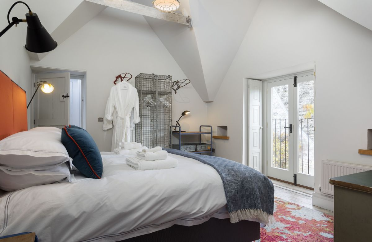 The Stables: First floor bedroom with king size bed, Juliet balcony and en-suite bathroom