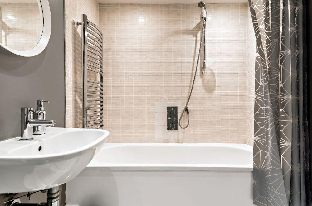 Monteagle Garden Flat | Principal bathroom