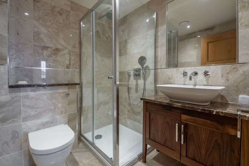 Ground floor: En suite shower room