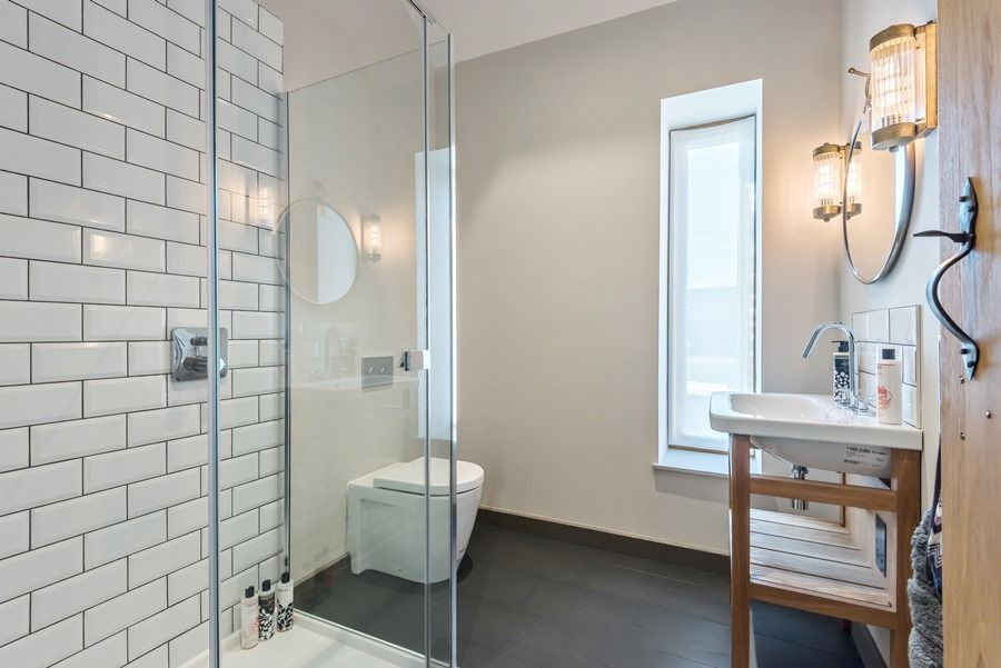 Beacon Hill Barn | En-suite shower room