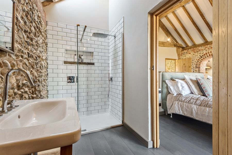 Beacon Hill Barn | En-suite bedroom 1