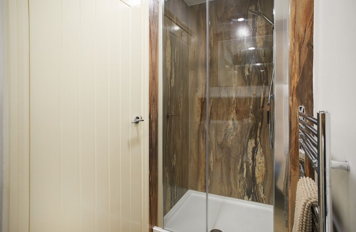 First floor: En-suite shower