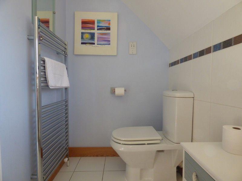 Harbour Cottage | En-suite to bedroom 2
