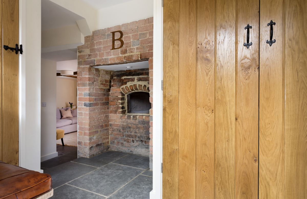 Ground floor: Entrance hall with original bread oven