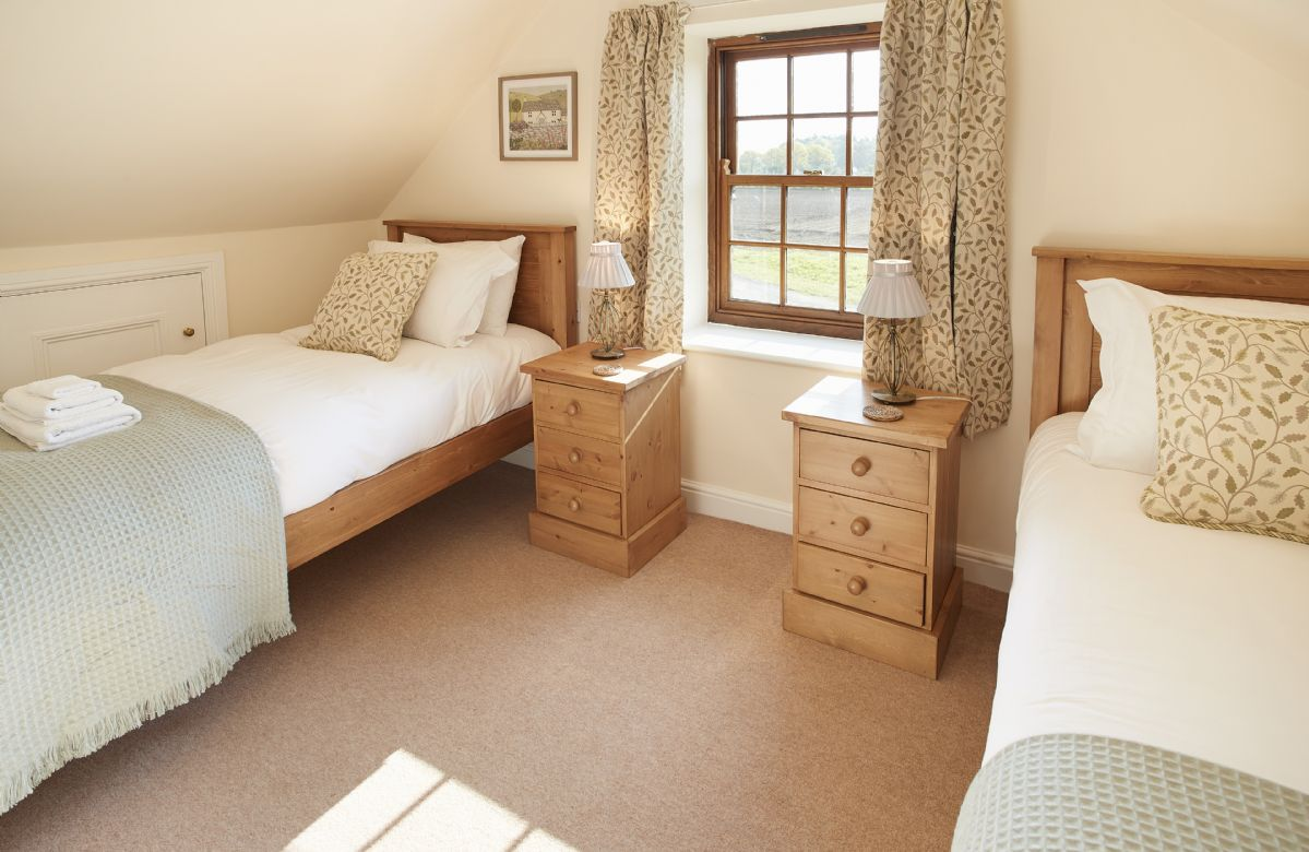 First floor: Lovely and bright twin bedroom with two 3' single beds