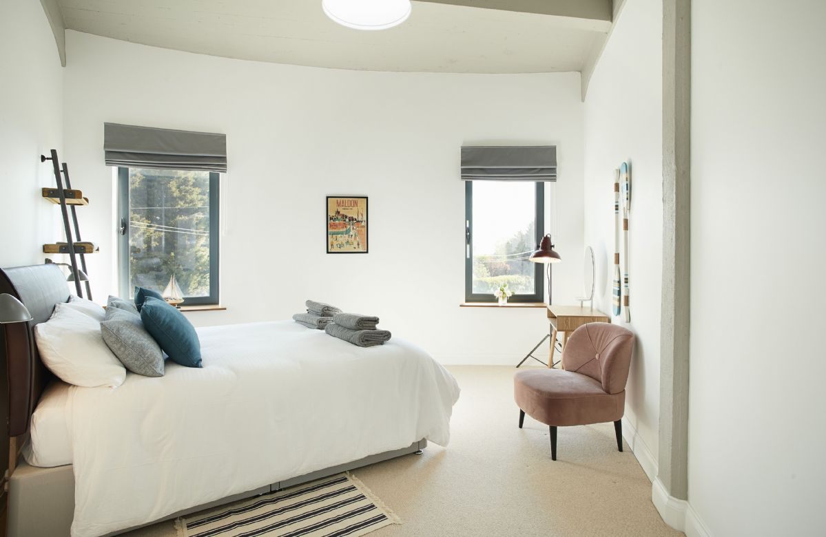 First floor: Master bedroom with king size bed with en-suite bathroom