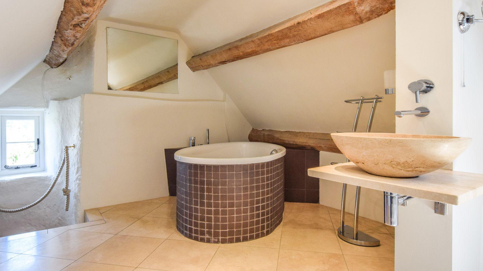 En-suite bathtub, Cotswold Cottage, Bolthole Retreats