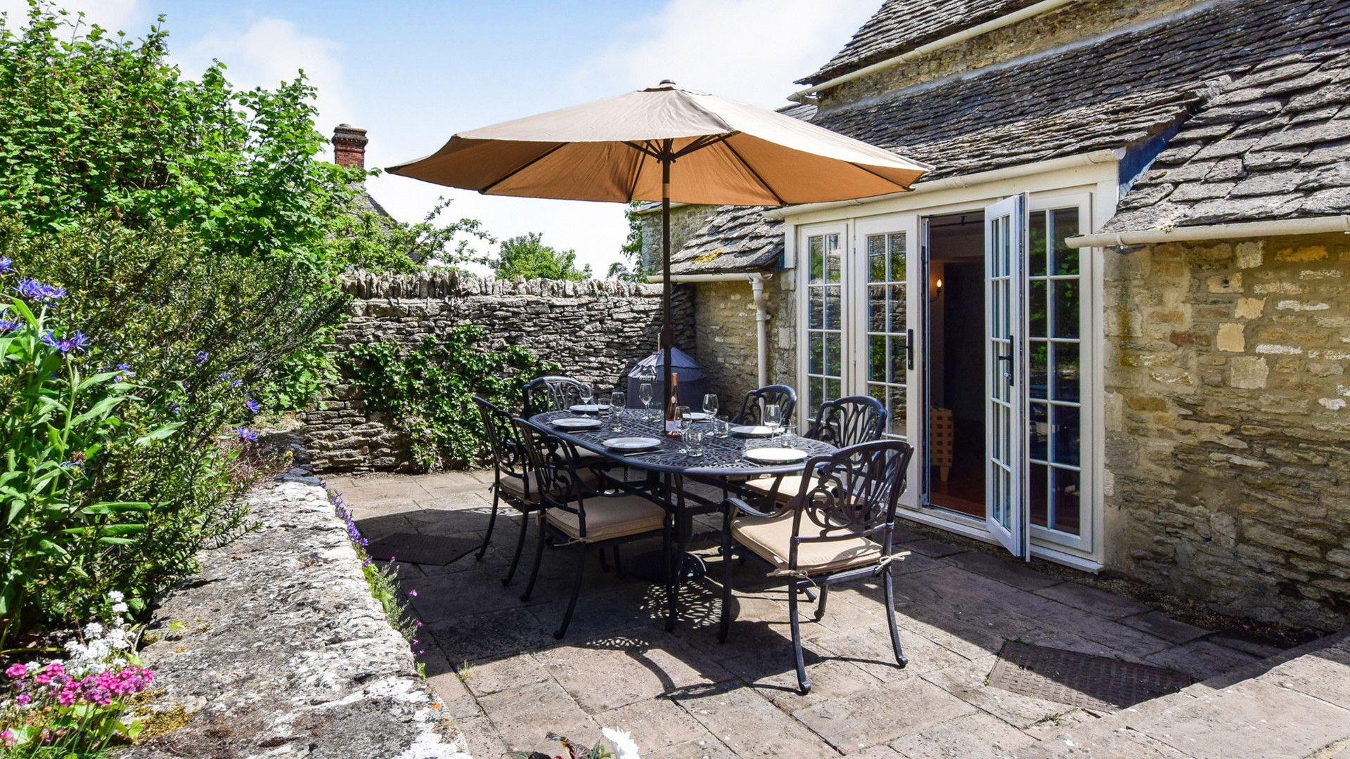 Patio area, Cotswold Cottage, Bolthole Retreats