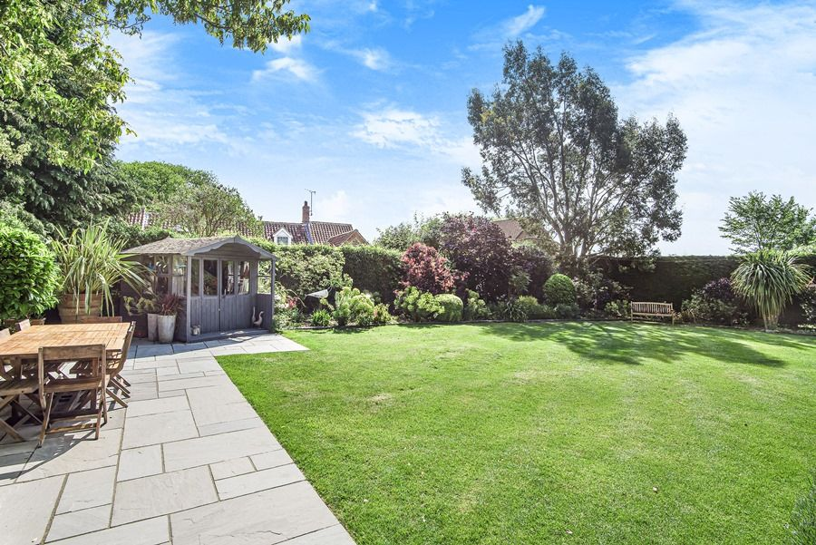 Sybil Cottage | Garden with summer house