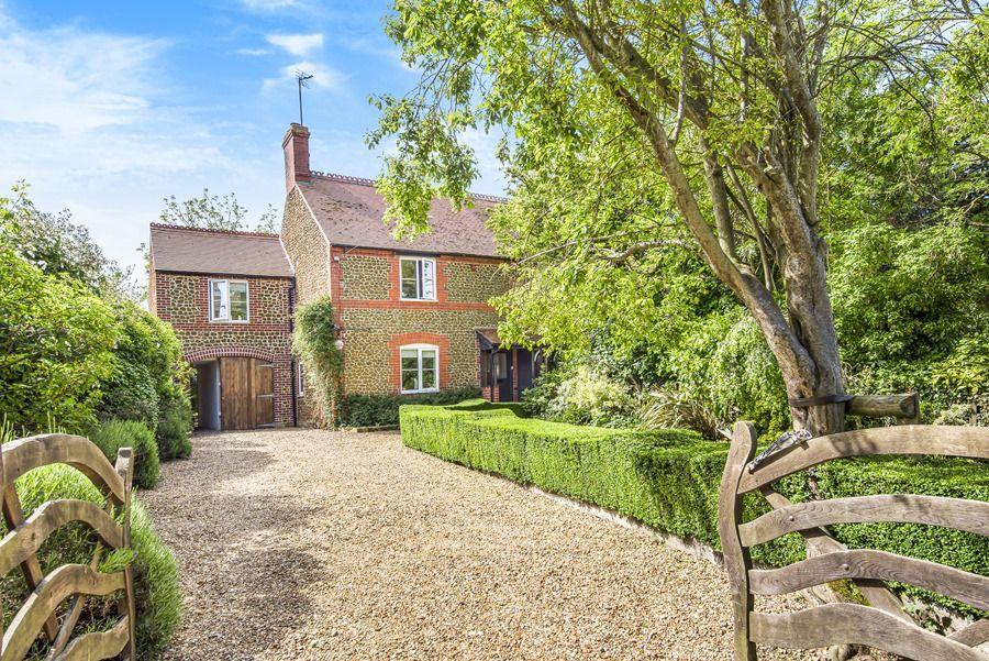 Sybil Cottage | Front drive