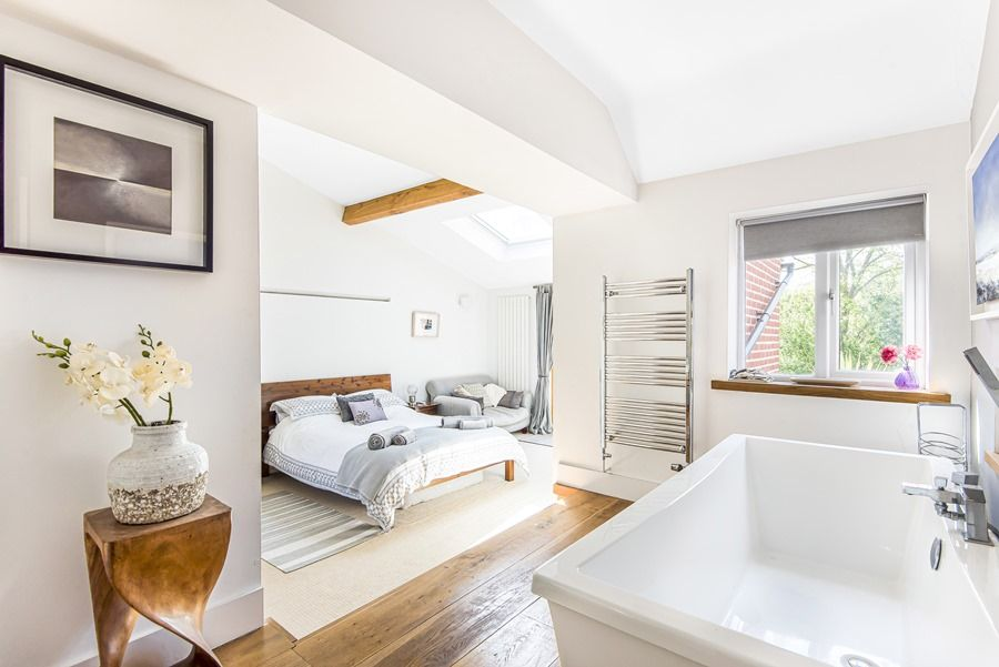 Sybil Cottage | Master bedroom with bath