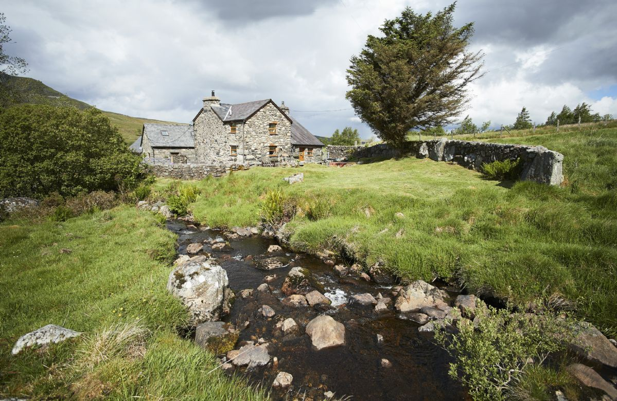 Ty Nant is set in 9.5 acres of dramatic countryside in the Snowdonia National Park, overlooking Lake Celyn