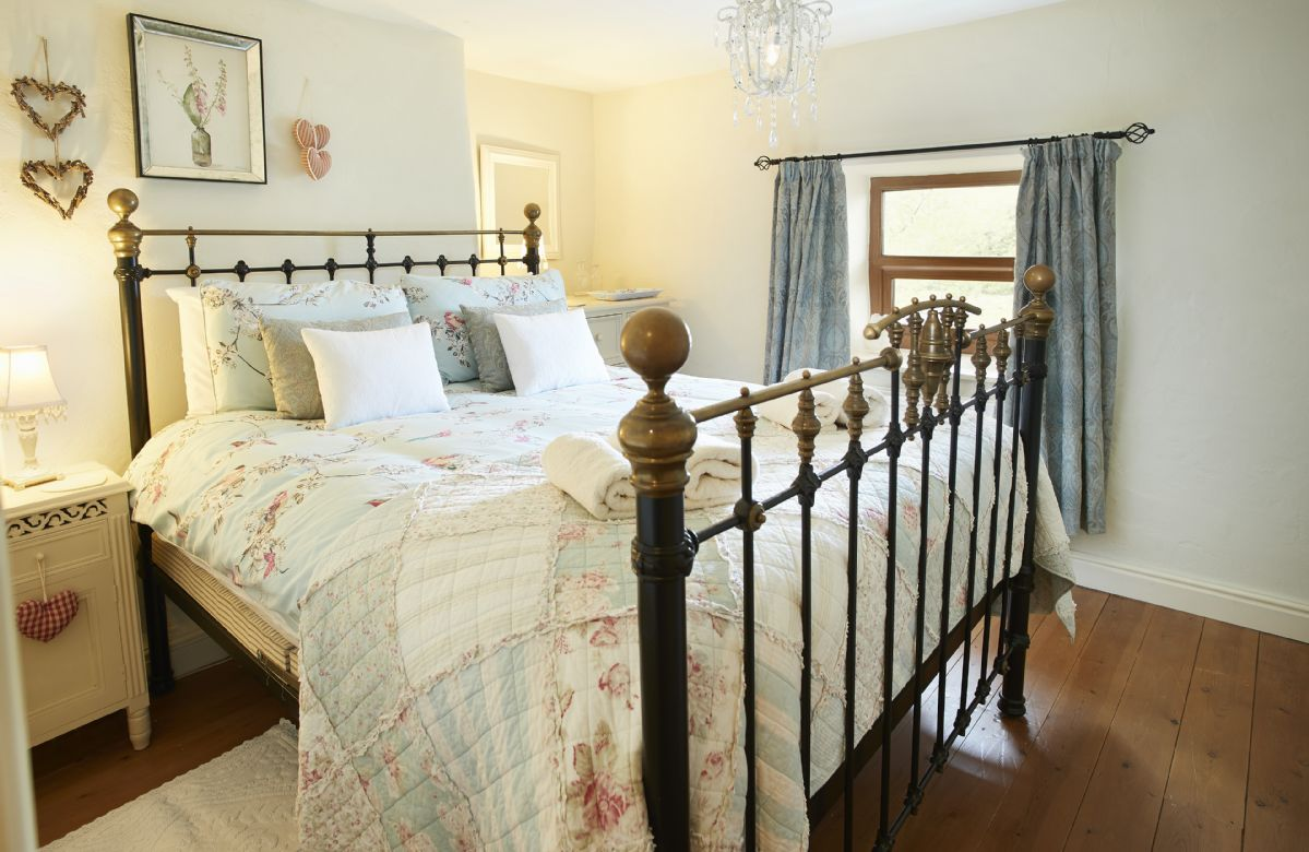 First floor: Double bedroom with 5' king size bed