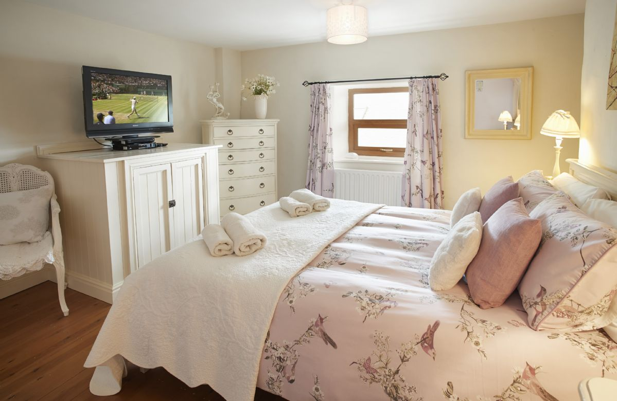 First floor: Spacious double bedroom with 5' king size bed