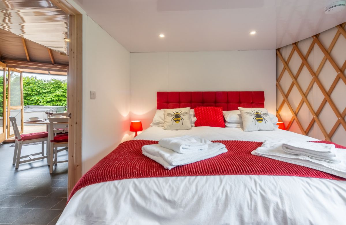 Ground floor: Spacious bedroom with 6' super-king Hypnos bed