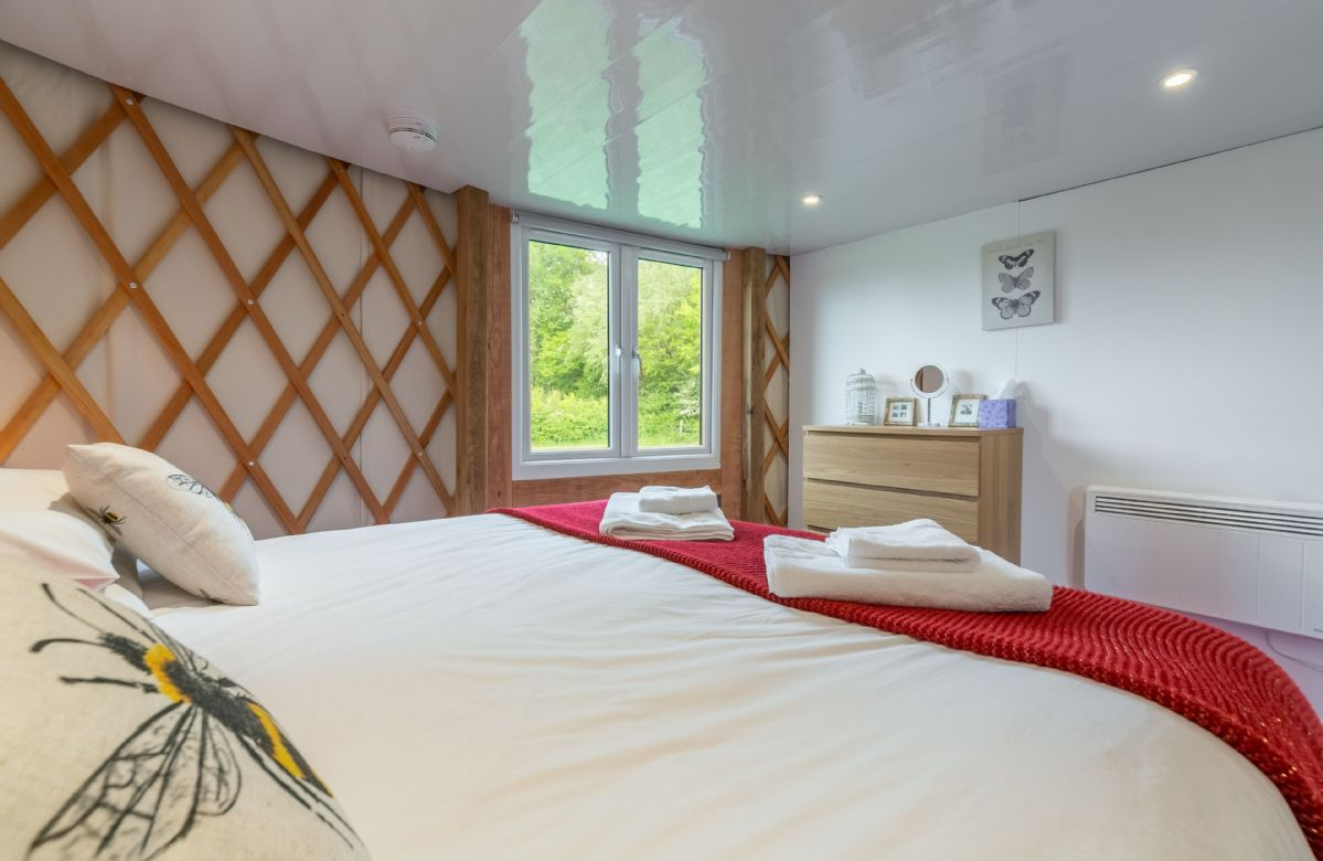 Ground floor: Bedroom with 6' super-king Hypnos bed and opening window