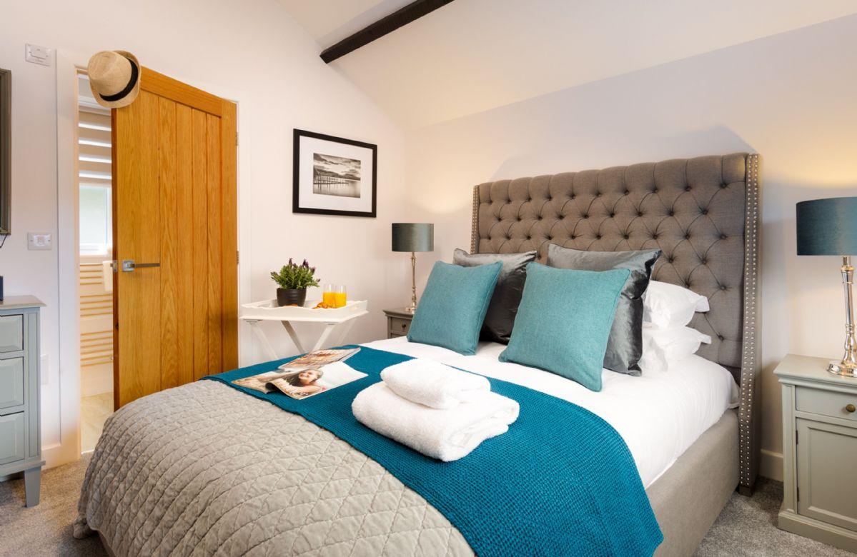 Ground floor: King size bedroom with en-suite shower room