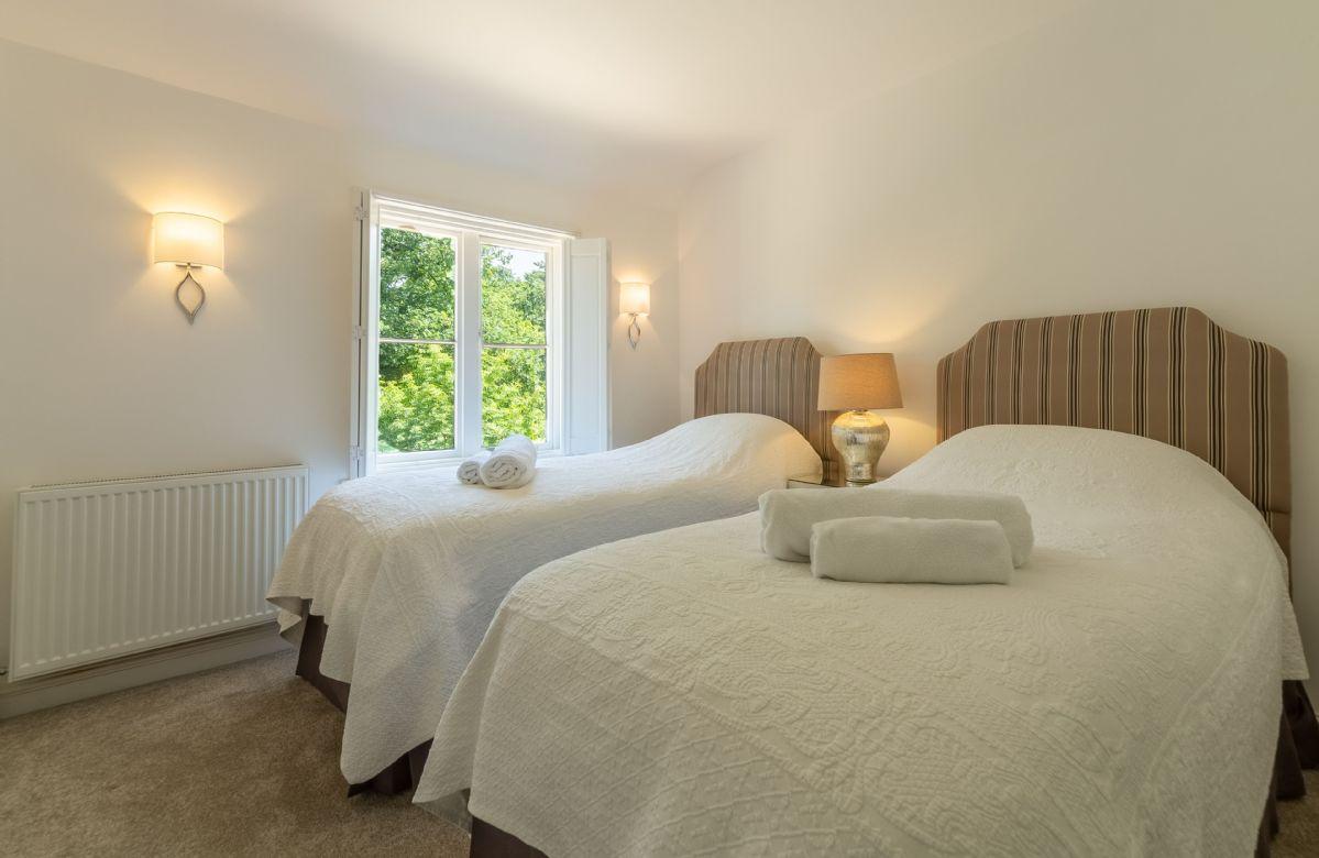 First floor: Bedroom with 6' king size zip and link beds and en-suite bathroom