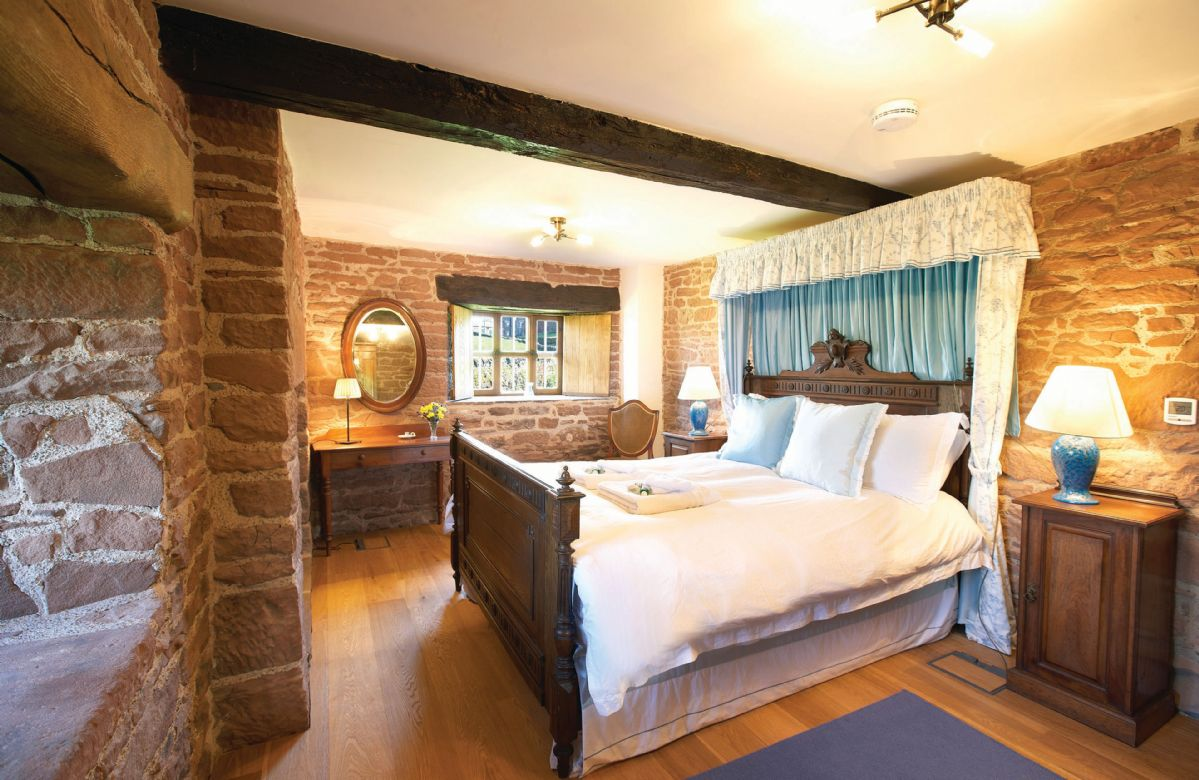 Ground floor: Double bedroom with 5' king size bed