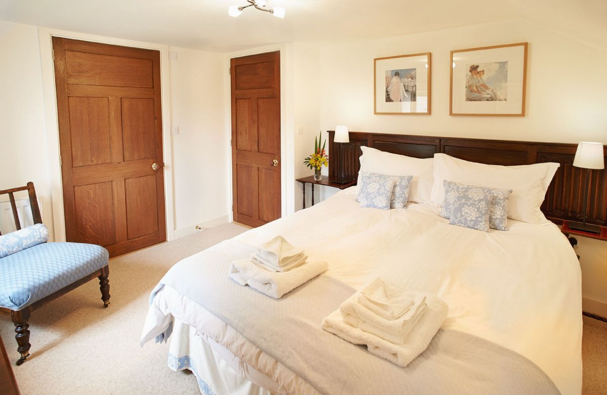 First floor: Double bed with 5' king size zip and link bed (can be converted into twin beds on request)