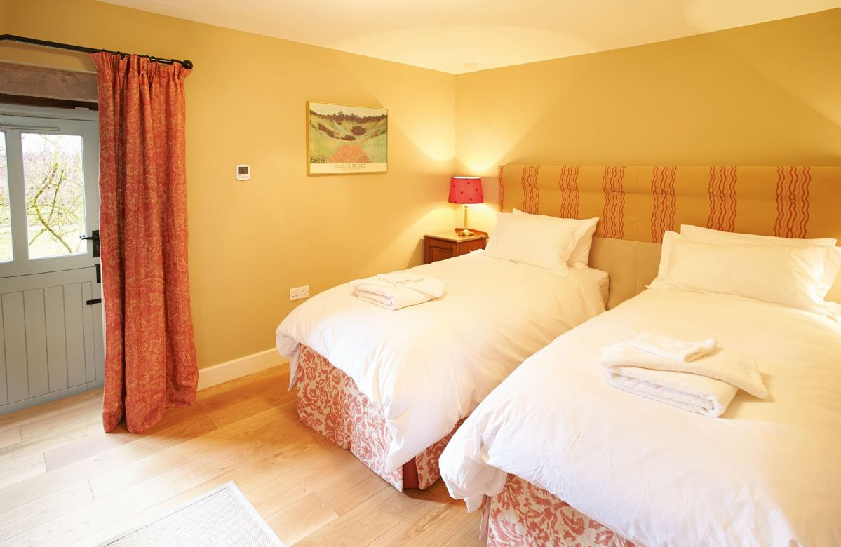 Ground floor: Double bedroom with 6' zip and link beds with en-suite bathroom with power shower over the bath
